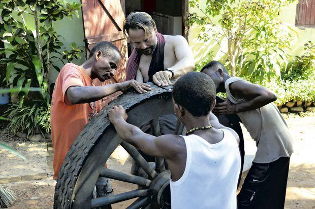 Un bandage en pneu est fixé sur les roues, une invention d'Alexandre pour avancer dans la boue.