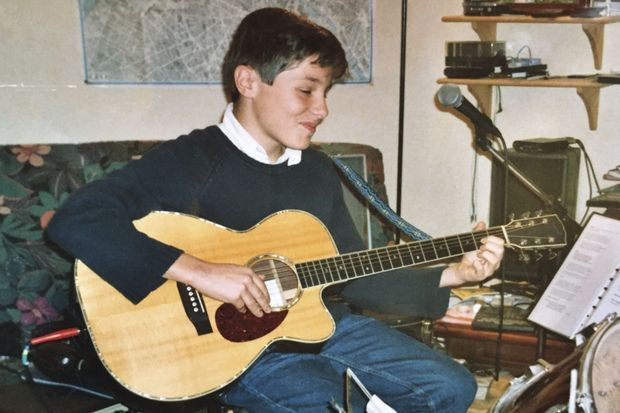 A12 ans déjà, il compose et chante.