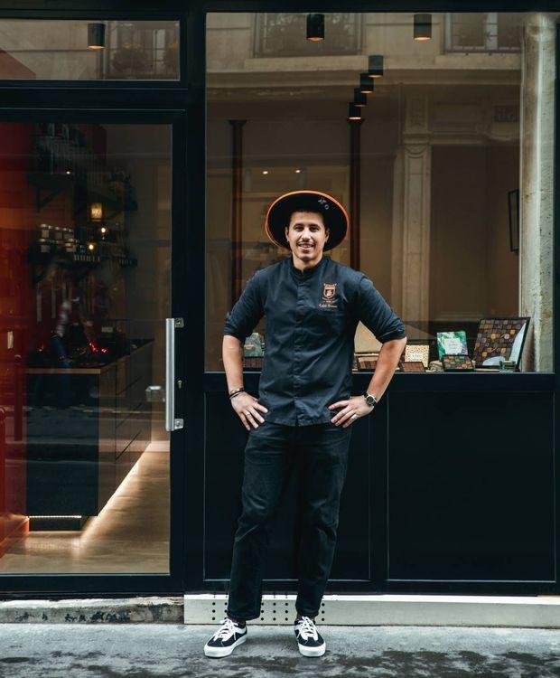 Le chocolatier devant sa boutique des Batignolles, rue des Dames, à Paris.