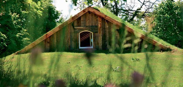 En Bretagne, près de Vitré, un écolodge sous les pommiers façon cabane de Hobbit sur le domaine de La Belle Verte.