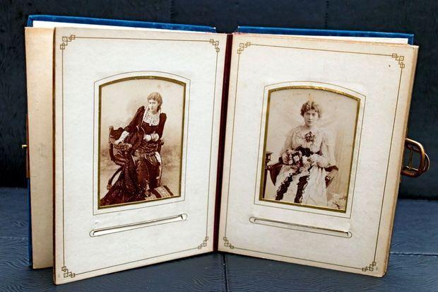 L'album ouvert. Deux portraits de Liane de Pougy quand elle régnait sur Paris à la fin du XIXe siècle.
