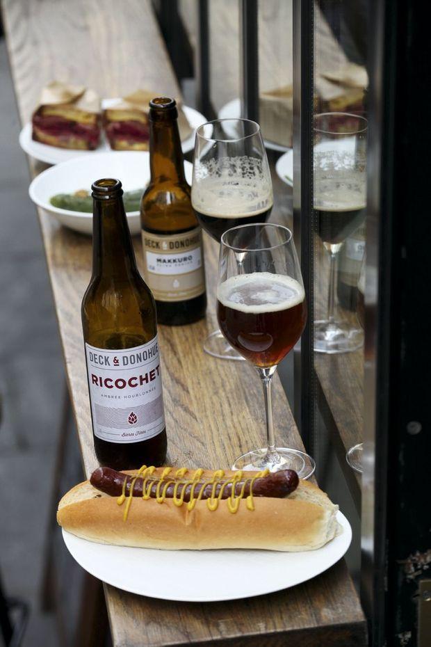 Pour siroter une bière artisanale, rien de tel qu'un bon hot-dog maison au cœur du Sentier. frenchietogo.com.