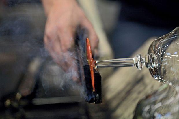 Façonnage du pied d'une coupe en cristal. Une centaine de maîtres verriers fabriquent plus de 2 000 pièces par jour.