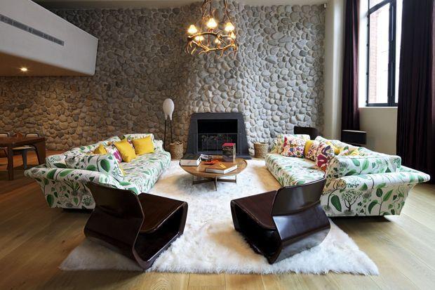 Dans le quartier londonien de Pimlico, un loft de 400 mètres carrés décomplexé : canapés à feuilles et mobilier design signé Marc Newson.