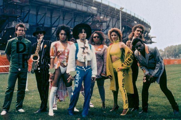 En 1988, Prince et ses musiciens du Lovesexy Tour au stade de Feyenoord, à Rotterdam : la tournée triomphale de sept mois se terminera au Japon en février 1989.