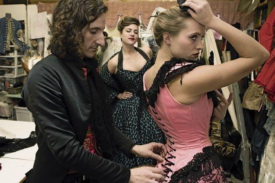 François Tamarin, corsetier. Avec la blonde Gala et Marion la brune, il fait revivre le Paris de la Belle Epoque.
