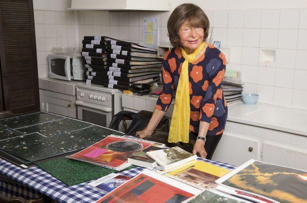 Christiane Peugeot, 90 ans, dans sa cuisine avec ses œuvres.