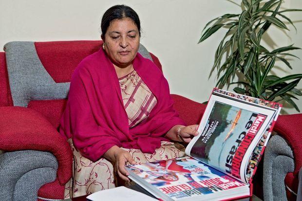 La nouvelle présidente du Népal, Bidhya Devi Bhandari, feuillette le recueil des unes de Paris Match.