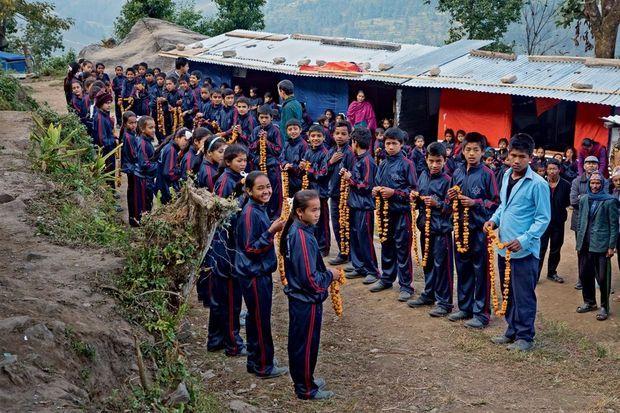 Les élèves du village de Dolakha suivent maintenant les cours dans des bâtiments en tôle.