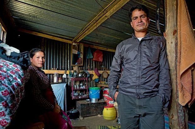 Bina Silwal et son mari, Rabindra, dans leur maison provisoire, à Bhardev.