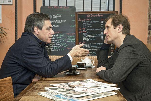 Avec son porte-parole, Jérôme Chartier, dans un café du VIIe arrondissement de Paris, le 27 novembre.