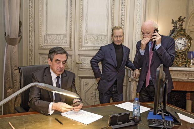 François Fillon avant de prononcer son discours à la Maison de la chimie, le soir du second tour. Debout, Igor Mitrofanoff, sa plume, et Patrick Stefanini, son directeur de campagne.