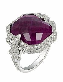 Bague Chouchane : des fleurs de lys serties de diamants encadrent un rubis facetté de 7 carats. Laura Sayan.