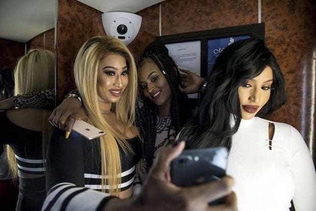 Diaba, Koudedia et Moussou. Selfie dans l'ascenseur de l'hôtel.