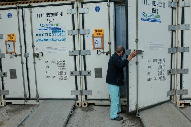 Acacio, trente-cinq ans d'expérience, n'a jamais connu une telle situation : la morgue saturée, les corps sont placés dans des conteneurs. Le 30 janvier.