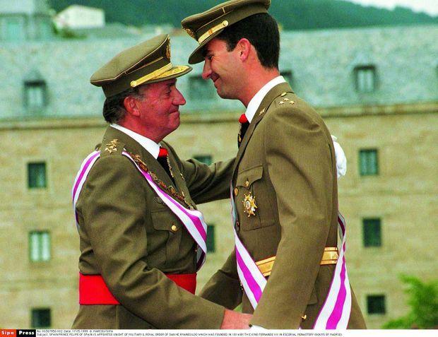 Felie, ici avec son père au début des années 1980, a passé la nuit près de lui lors de la tentative de coup d'Etat. En juin 2014, le roi Juan Carlos abdique en faveur de son fils Felipe.