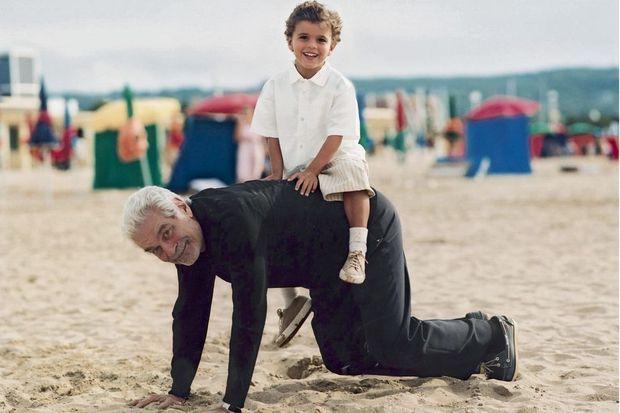 Omar avec son petit-fils Karim, 5 ans, en 2004 sur la plage de Deauville.