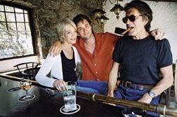 Thomas, entre ses parents, dans leurm aison de Monticello, en juillet 2003.