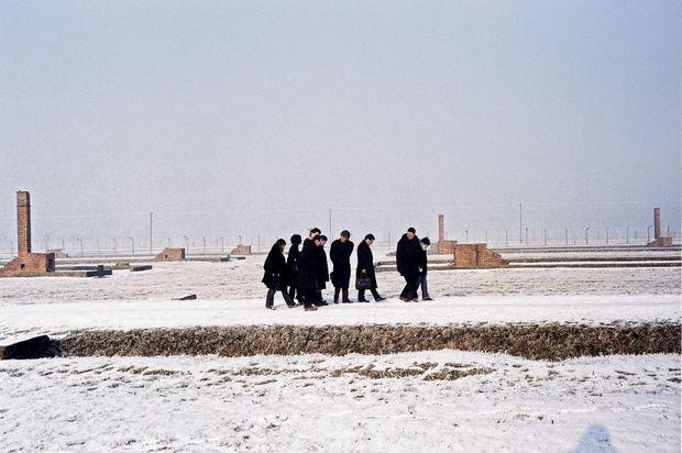 Un cortège recueilli, comme dans un cimetière familial. Simone Veil, ses deux fils, Jean et Pierre-François, ses petits enfants et Alain Genestar, le 22 décembre 2004.