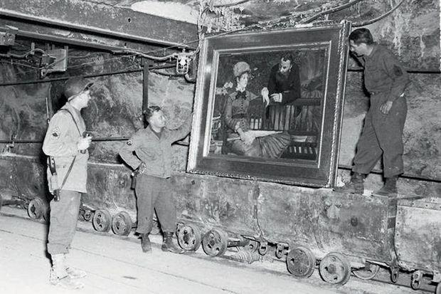 """Des soldats de l'armée américaine découvrent un tableau de Manet, """"Dans le jardin d'hiver"""", dans la mine de sel de Merkers, en Thuringe."""
