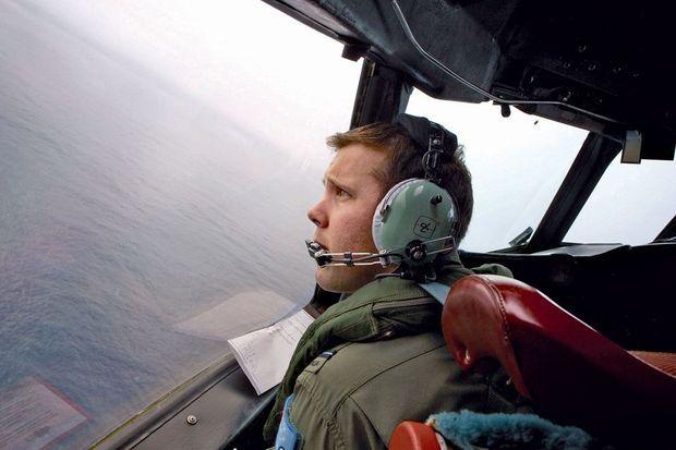 Lundi 24 mars, un officier de l'armée de l'air australienne, Marc Smith, patrouille à bord d'un Orion AP-3C.