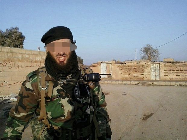 Bilel, le djihadiste en action, pose fièrement harnaché comme un para.