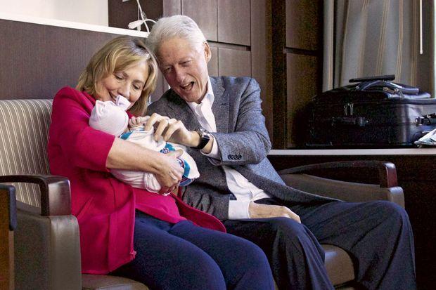 Bill et Hillary, en grands-parents admiratifs devant Charlotte, née le 26 septembre 2014, le bébé de Chelsea, leur fille unique.
