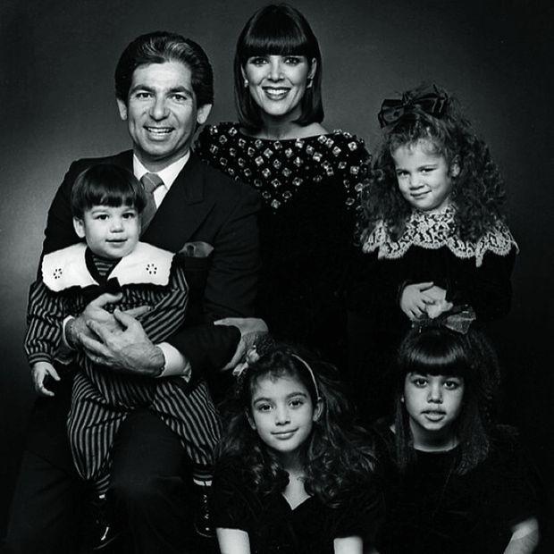 Une famille américaine presque modèle : le clan Kardashian en 1988. Dans le sens des aiguilles d'une montre : Robert Junior, 1 an, dans les bras de son père, brillant avocat, Kris, Khloé, 4 ans, Kourtney, 9 ans, et Kim, 7 ans.