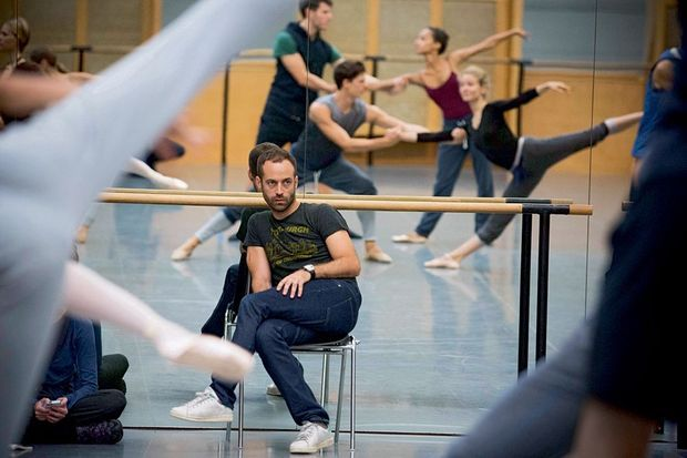 "Benjamin Millepied dirige la répétition de sa création ""Clear, Loud, Bright, Forward"", le 19 septembre 2015"