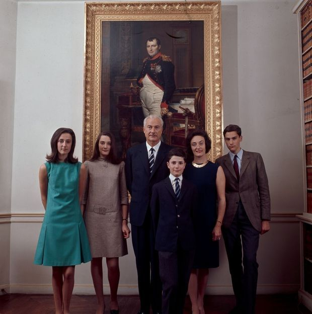 Devant le portrait de l'empereur, le 5 mai 1969, autour du prince Louis Napoléon, chef de la Maison impériale, de g. à dr. ses filles Catherine, Laure, sa femme Alix de Foresta (princesse Napoléon), ses fils Charles et Jérôme au premier plan. Charles sera le père de Jean-Christophe.
