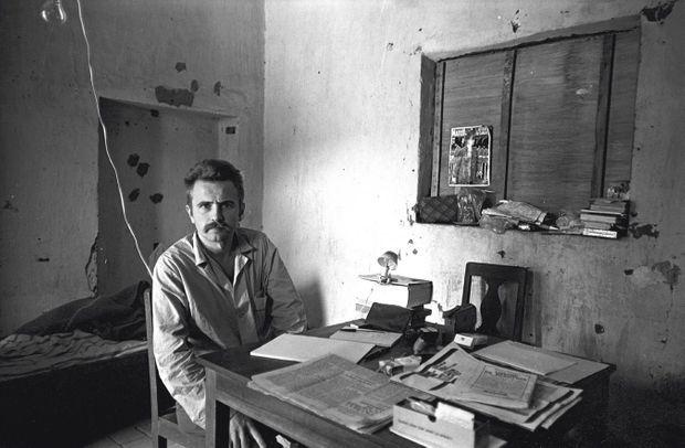 Dans une cellule de la prison de Camiri, en octobre 1967. Sur la fenêtre occultée, la une de Paris Match avec de Gaulle.