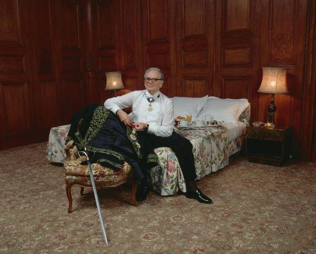 En 1992, il est le premier couturier à entrer à l'Académie des beaux-arts.