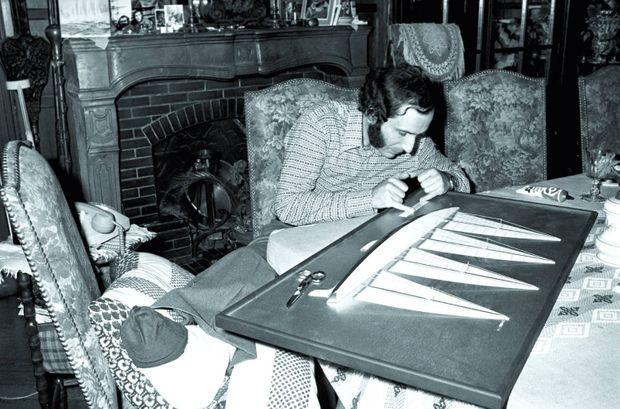 En novembre 1975, immobilisé à Clammecy chez ses parents après s'être presque arraché le pied dans une chaîne d'ancre, Alain Colas fignole sa maquette.