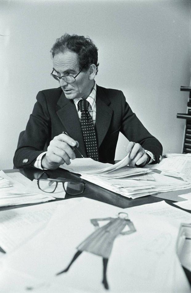 Styliste et gestionnaire. Dans son bureau parisien en 1975.