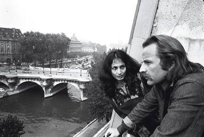 En 1975, dans la chambre que leur prête Simone Signoret, Régis et sa femme, Elizabeth. Il vient de lui dédier son roman « L'indésirable »