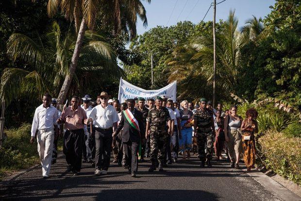 A Sainte-Marie. La marche de 800 personnes vers la plage où Romain et Magalie ont été assassinés.