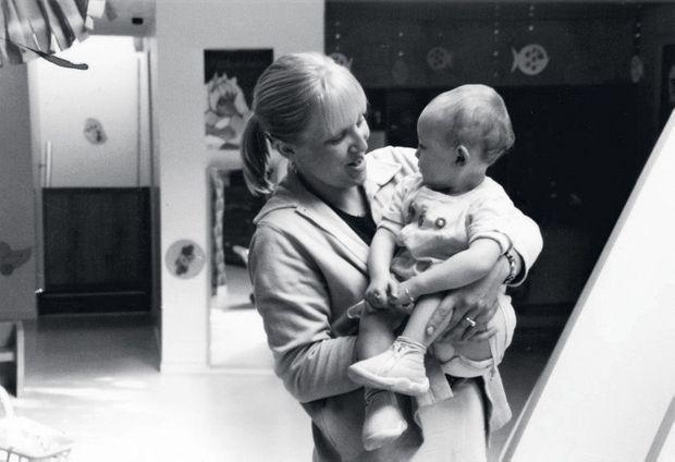 Emmanuelle avec Célia, 2 ans, une petite fille dont elle s'était occupée à la maternité.