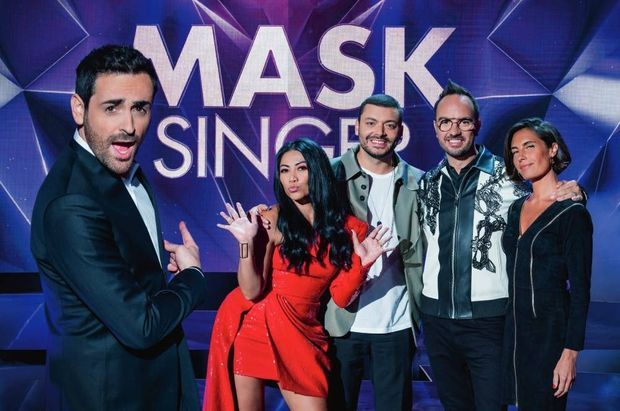"""Avec l'équipe de """"Mask Singer"""", Camille Combal, Anguun, Kev Adams et Jarry."""