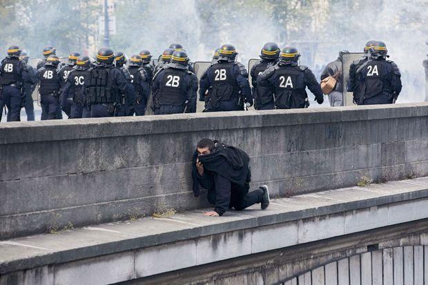 Un homme contourne le barrage policier sur le pont d'Austerlitz à Paris.