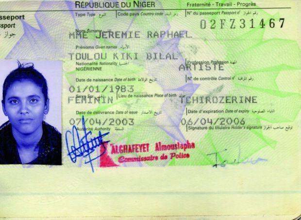 Le passeport nigérien de Toulou Kiki au moment où elle arrive en France.