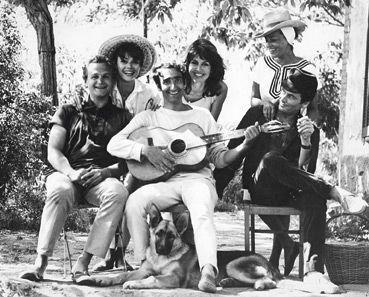 Serge Rezvani avec sa femme Lula, aux côtés de Jeanne et de Pierre Cardin, en 1961.