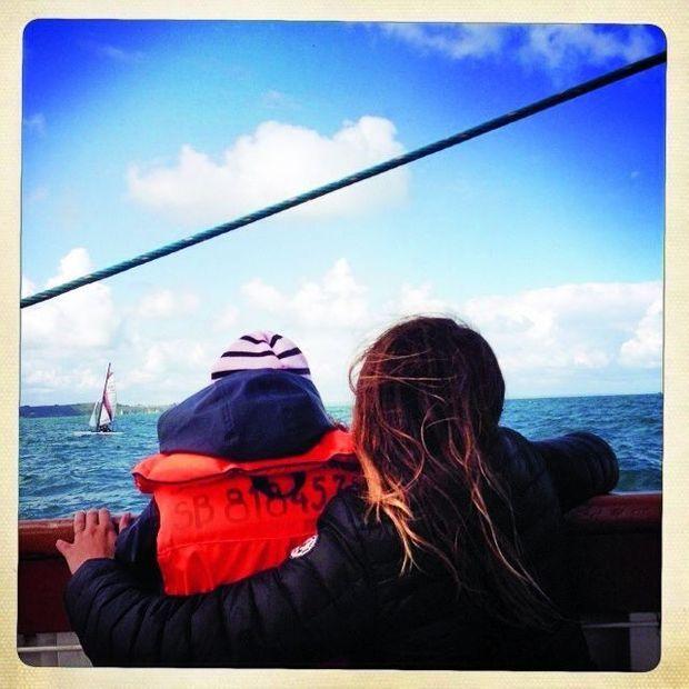 Julie avec sa fille, Ava, en vacances.