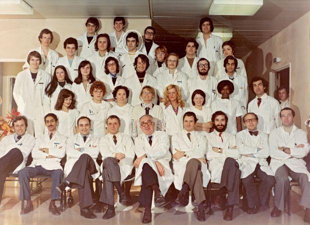 Michel Aupetit, étudiant en médecine, avec ses camarades à l'hôpital Louis-Mourier, à Colombes en 1975.