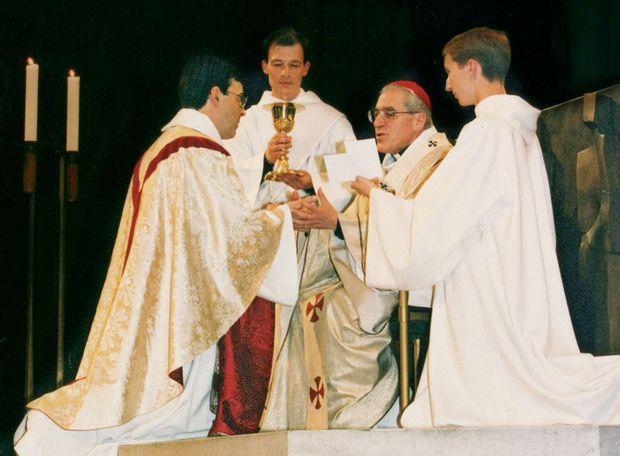 Lors de son ordination sacerdotale par le cardinal Lustiger, dans la cathédrale Notre-Dame de Paris, le 24 juin 1995.