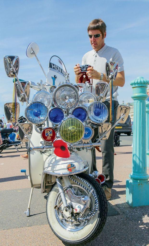 Andy, 55 ans, et son scooter customisé, comme à l'époque.
