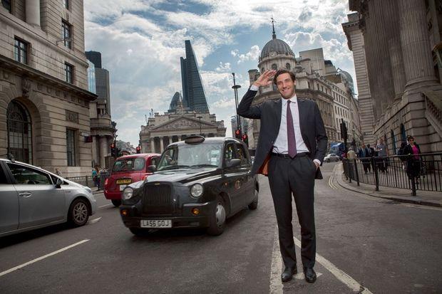 Le prince sort de la station City Bank, à Londres. Il prépare aussi un MBA à Harvard. Derrière lui, la statue de Wellington, le vainqueur de Waterloo.
