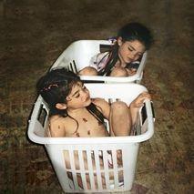 Kylie et Kendall Jenner, les deux plus jeunes sœurs du clan, dans des paniers à linge, au début de la série.