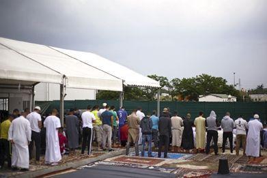 Dans le quartier du Mirail, près de Toulouse. A l'heure du prêche, à la mosquée.