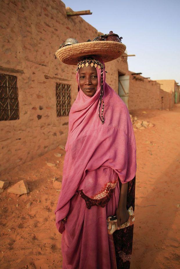 Marchande ambulante dans la capitale culturelle de la Mauritanie, Chinguetti.