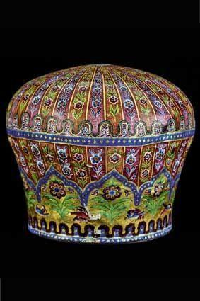 Couronne en cuivre et émail peint, d'Aqa Muhammad Shah, fondateur de la dynastie des Qajars, vers 1788 (palais du Golestan, Téhéran).